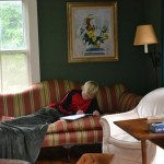 Um sofá confortável é ideal para ver um bom filme, fazer a lição de casa ou ler um livro.