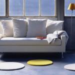 Mesmo sendo pequeno, este sofá é confortável, uma boa opção para relaxar.