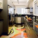 No chão desta cozinha, foram utilizadas obras de arte sob vidro temperado.
