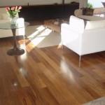 Ambiente com piso de madeira simulando tacos.