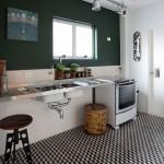 Cozinha com ladrilho hidráulico que abusa da geometria, imitando pisos antigos.