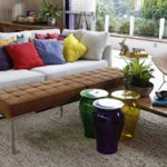 A mesa de centro, não necessariamente precisa estar alinhada com o sofá.