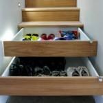 Dentro da sua casa tem escada? Olha só que solução criativa: transforme os degraus em gavetas e aproveite o espaço muito bem.