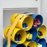 Já para o quarto das crianças, uma ideia simples, mas muito criativa. Foram utilizados alguns recipientes para lixo reciclável agrupados e bastou amarrá-los com uma faixa elástica, comprada num armarinho (o nó ficou escondido embaixo). A invenção pode, ainda, funcionar como porta-brinquedos.